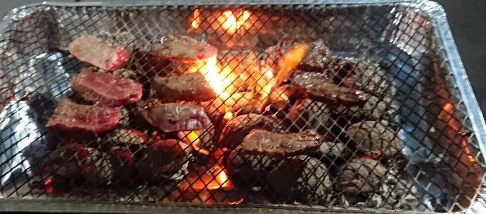 肉を焼いてる画像